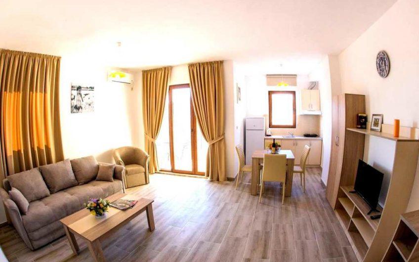 Stan sa spavaćom sobom i pogledom na more u Budvi