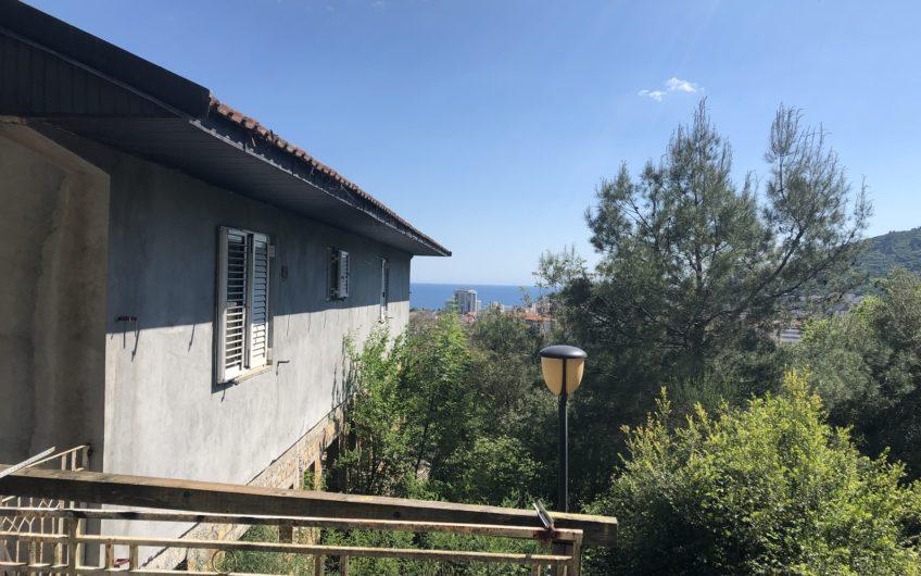 Kuća u Budvi s pogledom na more. Parcela 1700 m2!