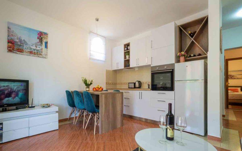 Apartman u Bečićima s ogromnom terasom. Super cijena – 829 eura/m2!
