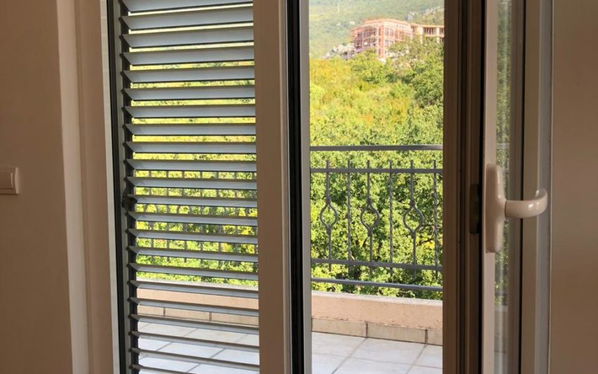 Veliki 3-sobni penthouse s pogledom na more, Bečići