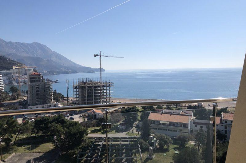 Veliki studio u novom kompleksu s bazenom, 100 metara od plaže. 1.500 eura / m2