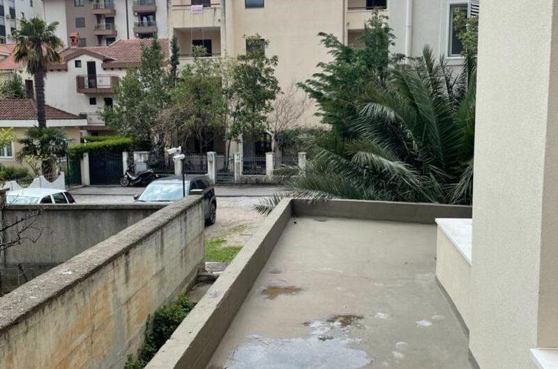 Novi stan u blizini Tre Canne, Budva. S velikom terasom!